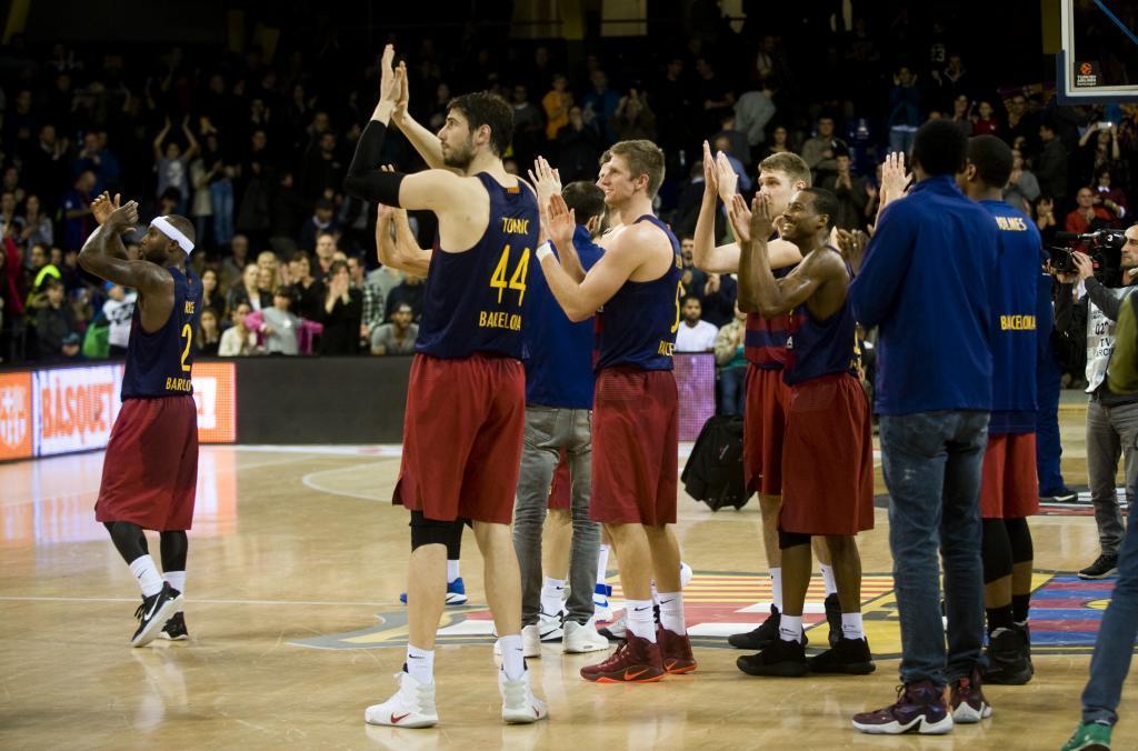 Los jugadores del Barcelona aplauden tras el final de un juego