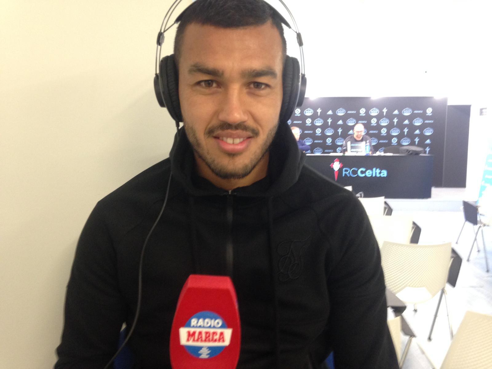 Cabral sostiene el micrófono de Radio MARCA