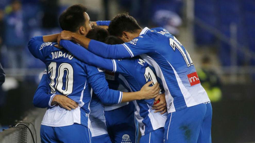 Los jugadores del Espanyol celebran uno de los goles contra el...