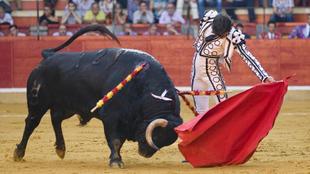 Curro Díaz, en su primer toro durante la Feria del Pilar de 2012