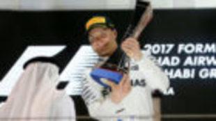 Valtteri Bottas, celebra su triunfo en Abu Dabi