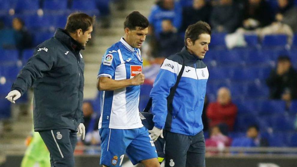 Javi López es atendido por los servicios médicos durante el partido...