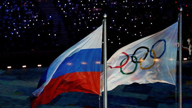 La bandera de Rusia y la olímpica, en Sochi.