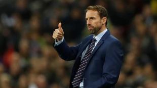 Gareth Southgate hace un gesto de aprobación durante el amistoso...