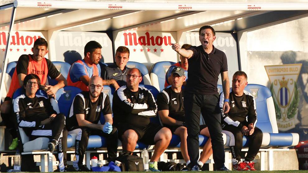 Garitano gesticula durante un partido entre el Lega y el Barça
