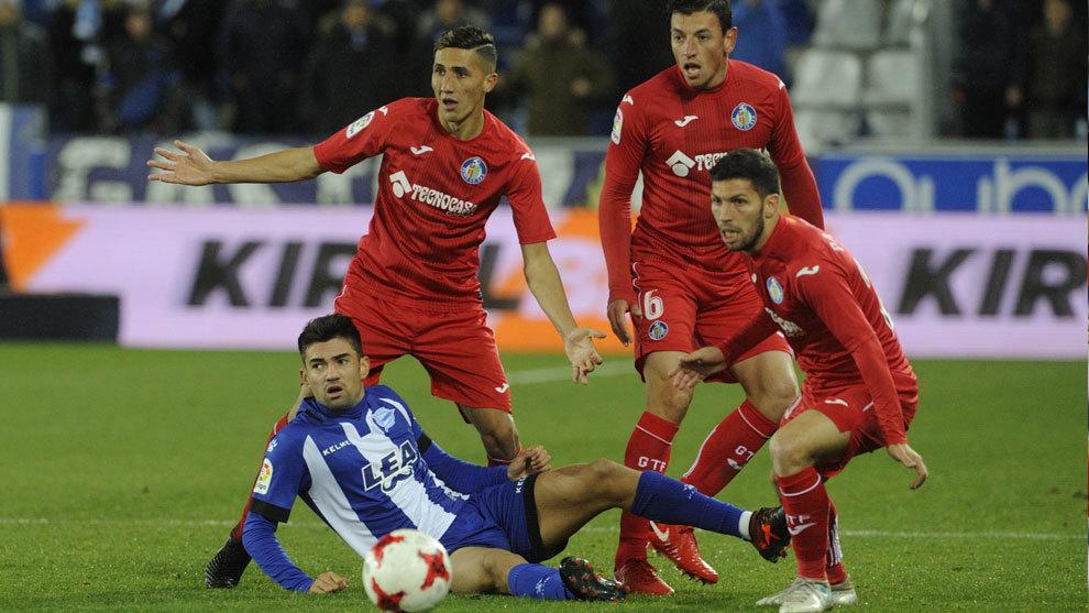 Los jugadores del Getafe junto a Enzo Zidane en la eliminatoria de...