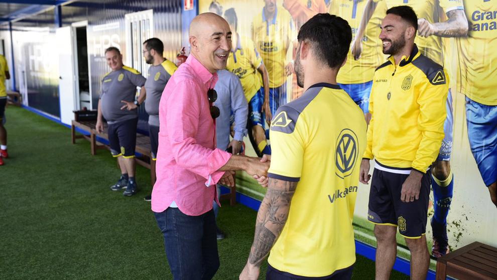 Ayestarán saluda a los jugadores de Las Palmas