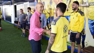 Ayestar�n saluda a los jugadores de Las Palmas