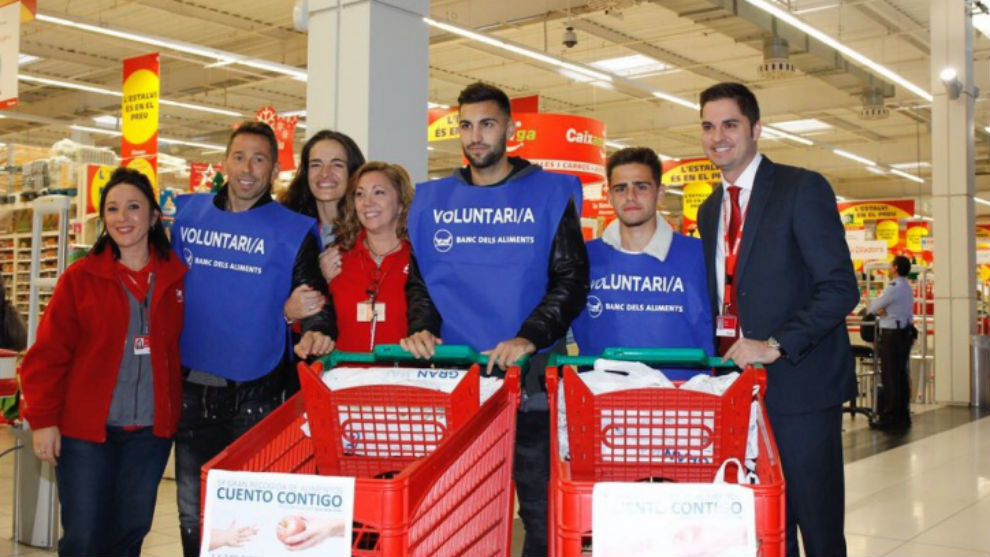 Tamudo, Marc Navarro y Melendo, en un supermercado de Sant Adrià.