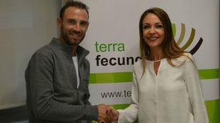 Alejandro Valverde y Ana L�pez, tras el acuerdo de colaboraci�n...