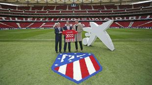 Enrique Cerezo y Gil Mar�n posan junto a Gonzalo Gort�zar en el...
