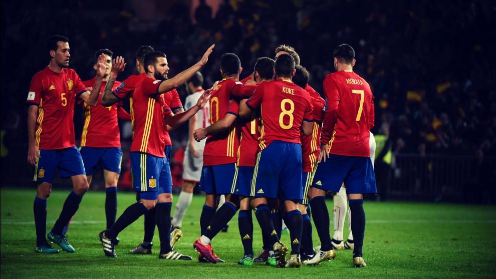 Los Jugadores De Espana Celebran Un Gol En Un Partido De La Fase De