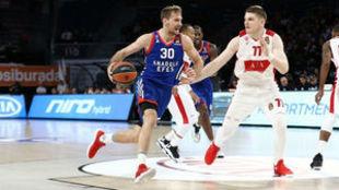 Zoran Dragic avanza ante la defensa de Arturas Gudaitis
