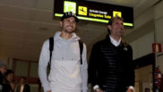 Vitolo, junto a Caminero en el aeropuerto.