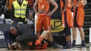 Joan Sastre es atendido tras su ca�da en el partido ante el...