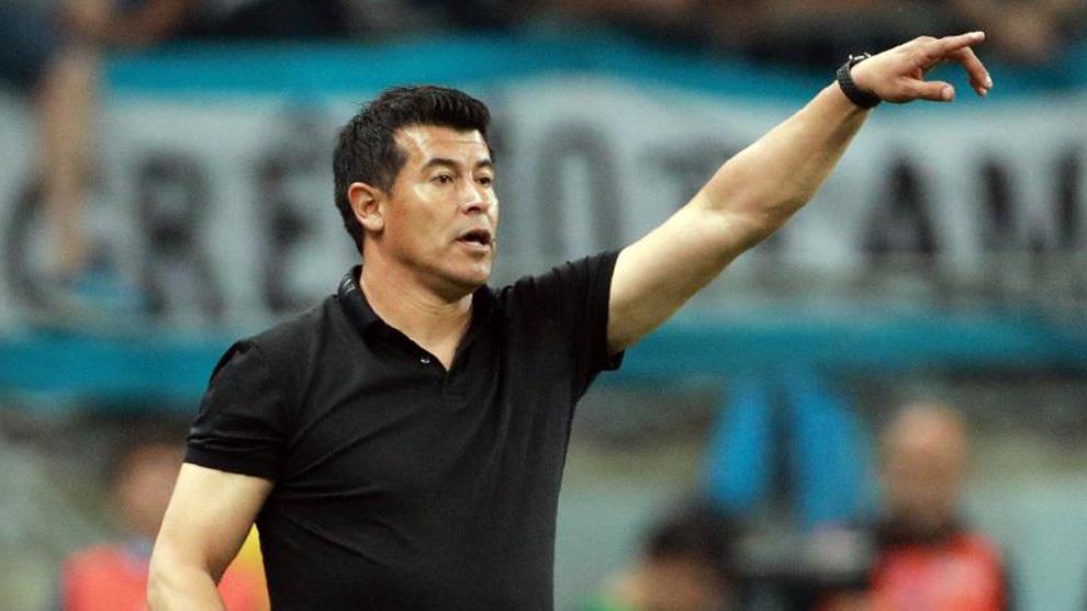 Jorge Almirón, en un partido con Lanús