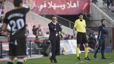 Un pensativo Oltra durante el partido ante el l�der, un Huesca que...