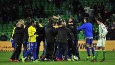 Los jugadores del C�diz celebran en el Benito Villamar�n su...