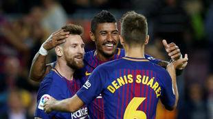 Paulinho celebrando un gol junto a Messi y Denis