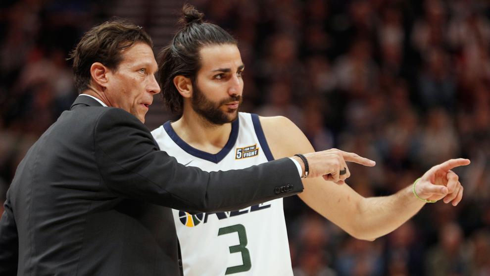 Ricky Rubio dialoga con su entrenador