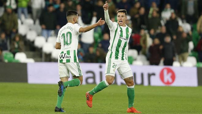 Boudebouz felicita a Tello tras marcar al Cádiz.