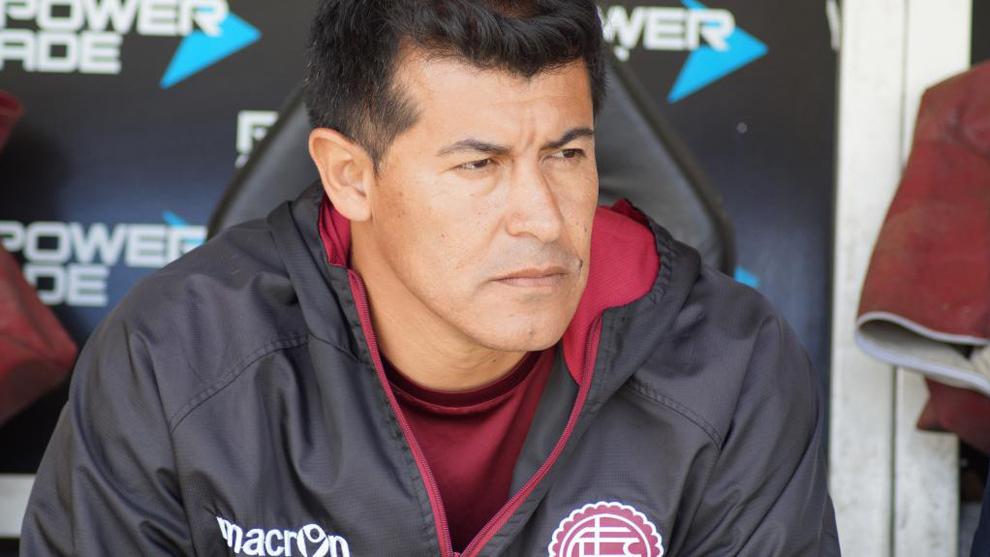 Jorge Almirón, en el banquillo del estadio Ciudad de Lanús