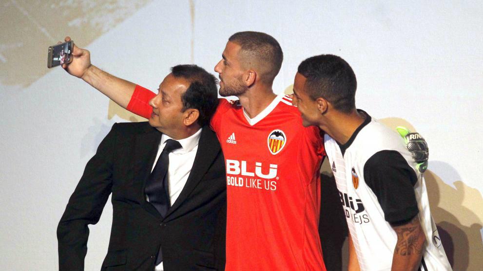 El presidente, Anil Murthy, se fotografía con Rodrigo y Jaume durante...