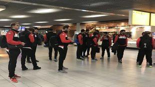 La plantilla del Ademar, en el aeropuerto de Amsterdam