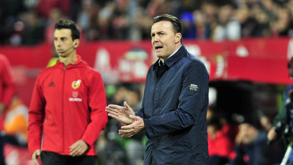 Cristóbal Parralo (50) aplaude durante el Sevilla-Dépor.
