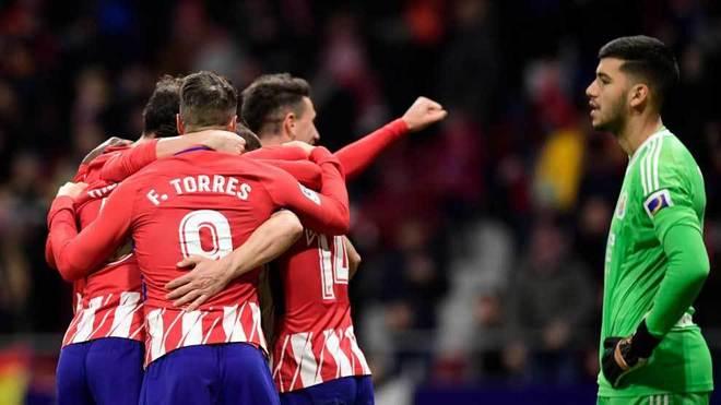 Rulli se lamenta mientras los jugadores del Atlético celebran un gol.