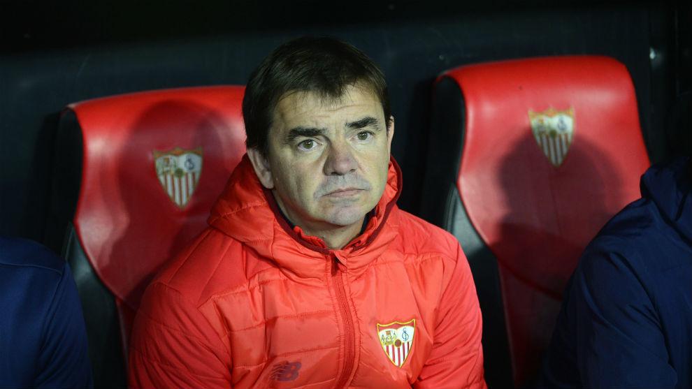 Ernesto Marcucci, segundo entrenador del Sevilla, en el banquillo.