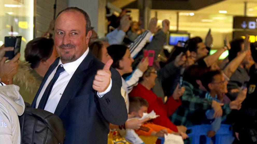 Benítez, saluda a unos aficionados en el aeropuerto de Manises.