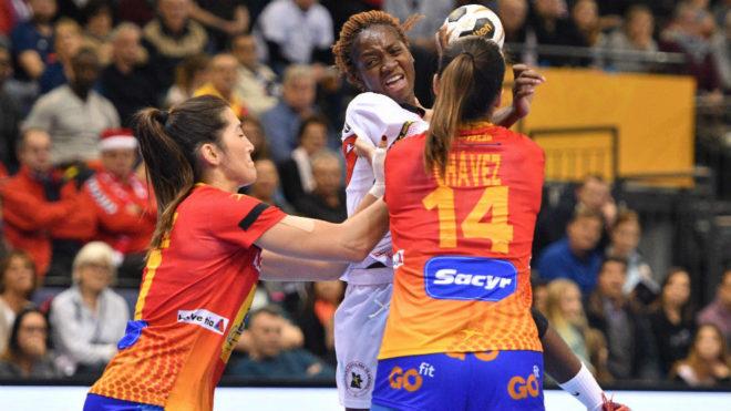 Chávez y Lara González cierran el paso a una jugadora angoleña