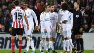 Momento en el que Mateu Lahoz expulsa a Sergio Ramos este sábado en...