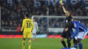 Nayemar recibe una tarjeta amarilla en el partido ante el Estrasburgo