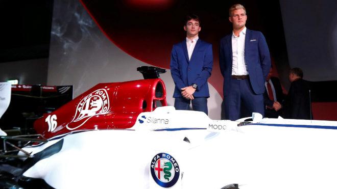 Leclerc y Ericsson posan con el monoplaza del Alfa Romeo Sauber F1...