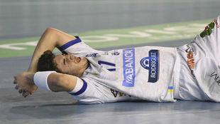 Un jugador del Ademar León se queja en el suelo en un partido de Liga...