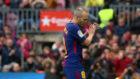 Iniesta aplaude al Camp Nou al ser sustituido contra el Celta