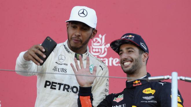 Hamilton se hace un 'selfie' en el podio, con Ricciardo a su lado.