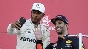Hamilton se hace un 'selfie' en el podio, con Ricciardo a su...