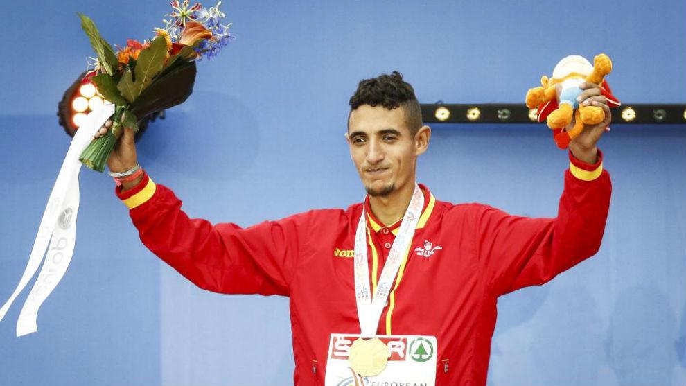 Ilias Fifa, con la medalla de plata en 5.000 metros ganada en el...