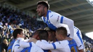 Los jugadores del Legan�s celebran uno de los goles.