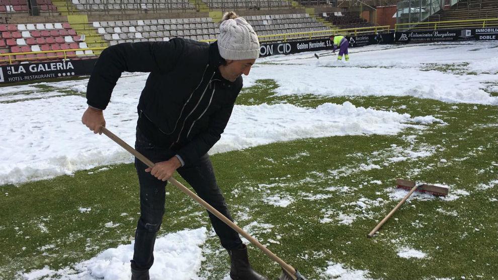 Patxi Salinas, entrenador del Burgos, ayudó a quitar nieve antes de...