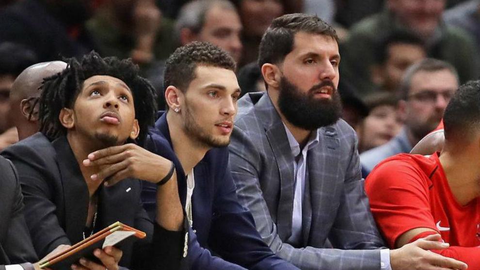 Nikola Mirotic, viendo un partido de los Bulls junto a los lesionados...