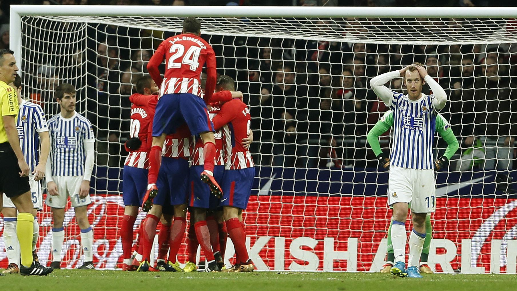 Zurutuza (31) se lamenta tras el 2-1 del Atlético en el Wanda.