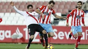 Carlos Fernández e Ignasi Miquel luchan por un balón