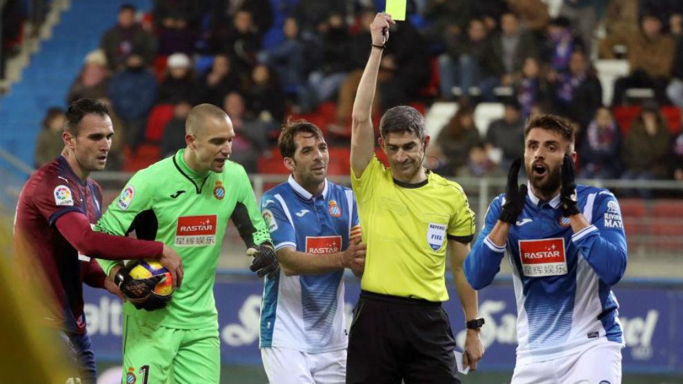 Undiano Mallenco le muestra la cartulina amarilla a David López
