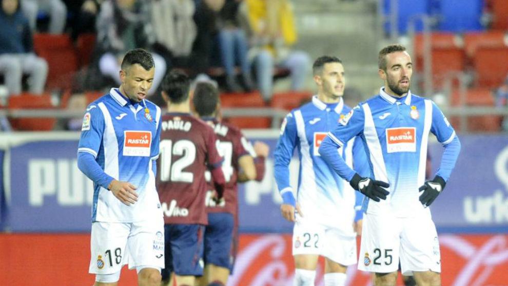 Los jugadores del Espanyol lamentan uno de los goles del Eibar ayer en...