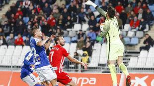 René, que despeja de puños, y Motta, que marcó el primer gol, ante...