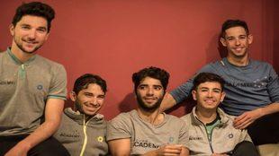 Los cinco corredores israelíes posan para MARCA en Cambrils